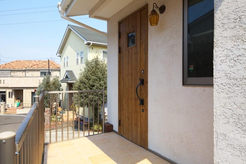 玄関。欧風のドアとかわいいライトが印象的です