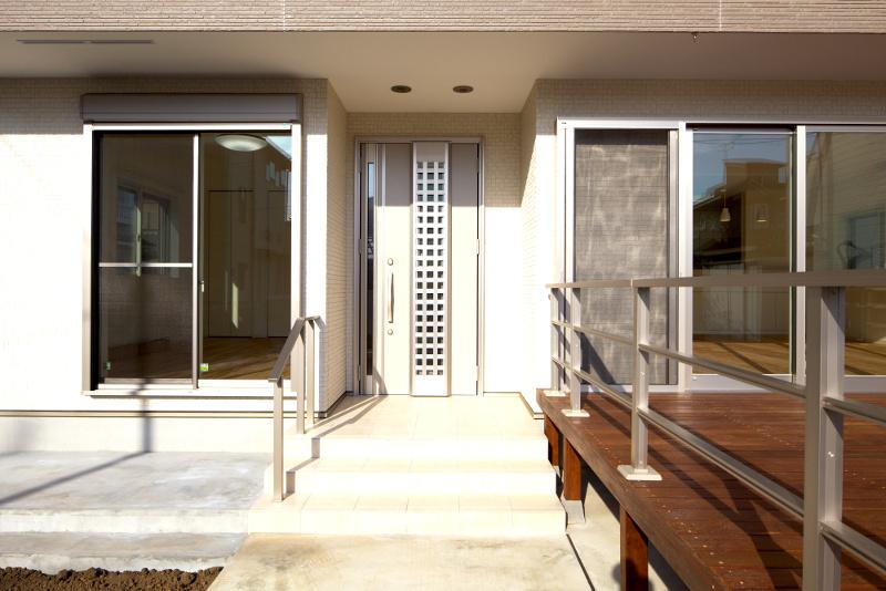 玄関アプローチ。右側にウッドデッキが広がります