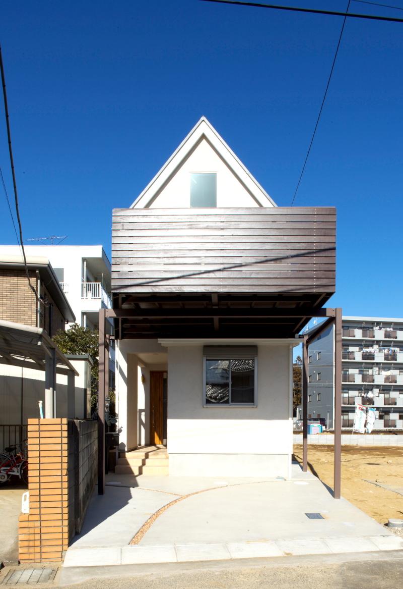 三角屋根とウッドデッキ型のバルコニーが特徴です