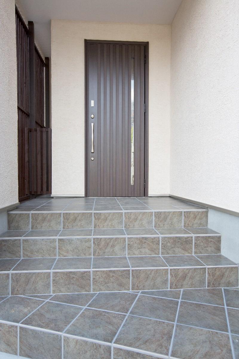 階段を上がると落ち着きのあるダークブラウンの玄関扉