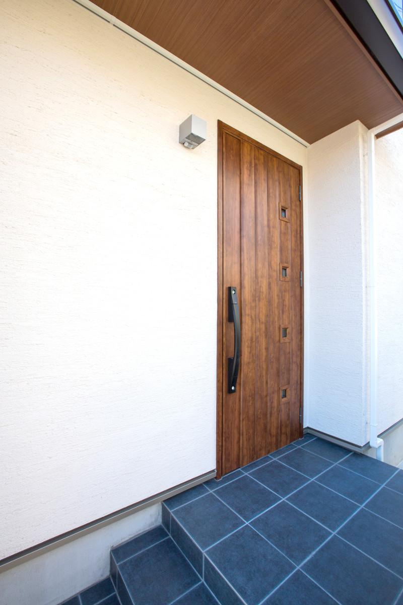 重厚な玄関扉です