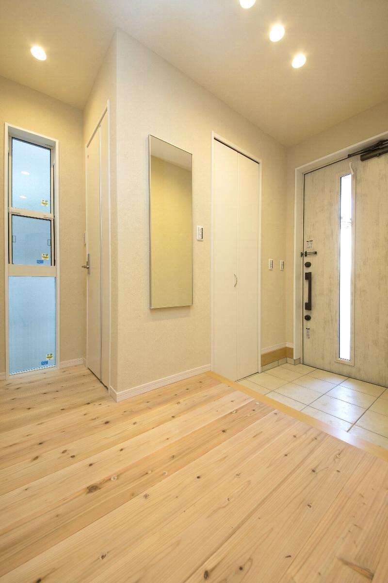 玄関内部。自然素材に囲まれており、入った瞬間の空気感が違うとご好評を頂いております
