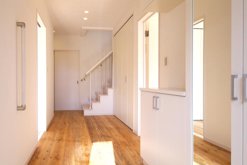 自然素材に囲まれた玄関。空気感が違うとご好評を頂いております
