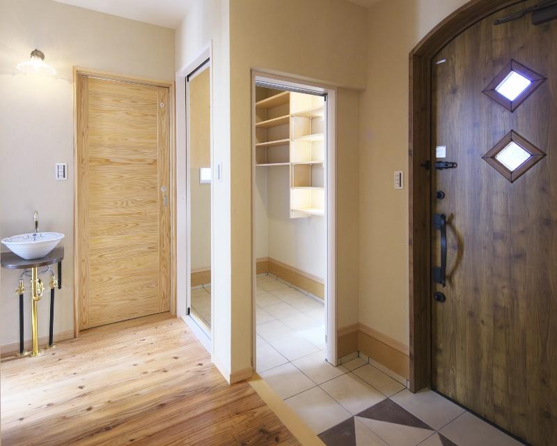 玄関内部。便利なシューズクローク付きで、玄関に洗面台も