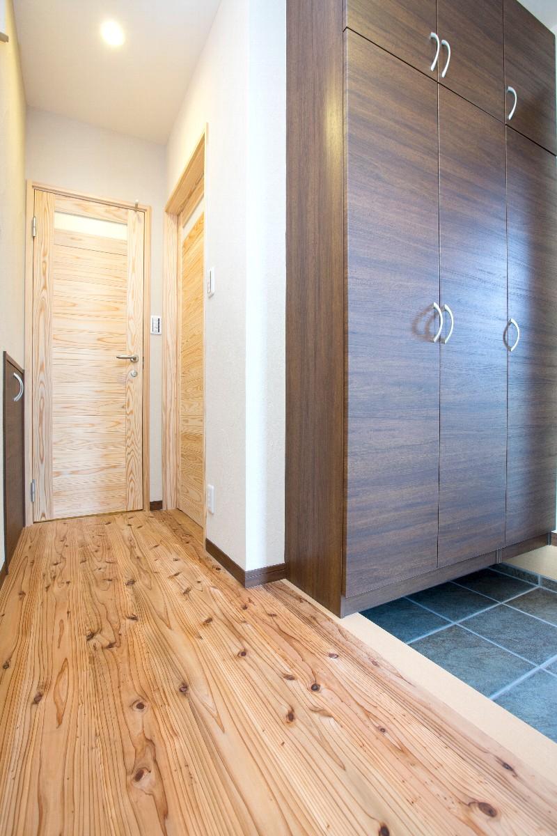 玄関。温かみのある飫肥杉の床が迎えてくれます。扉は日光杉です