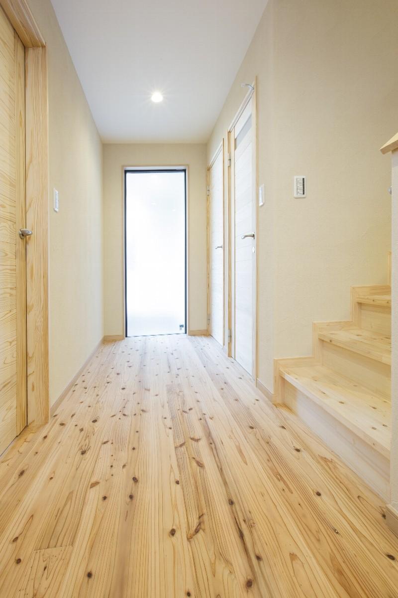とても明るい玄関からの廊下。階段を上るとLDKへ。入った瞬間にオビ杉の香りがとてもいいです