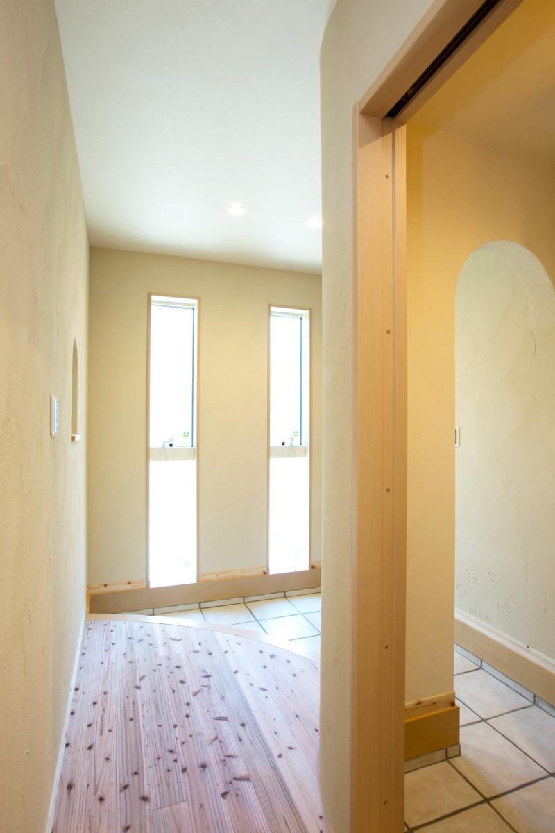 玄関内部。美しいアーチがポイント。右側はシューズクロークです