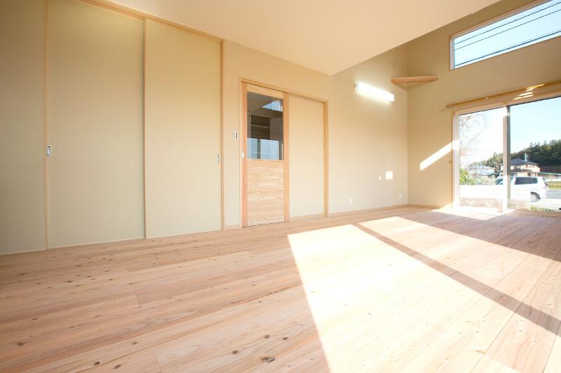 とても明るいリビング。正面は和室で右側の引き戸はパントリーです