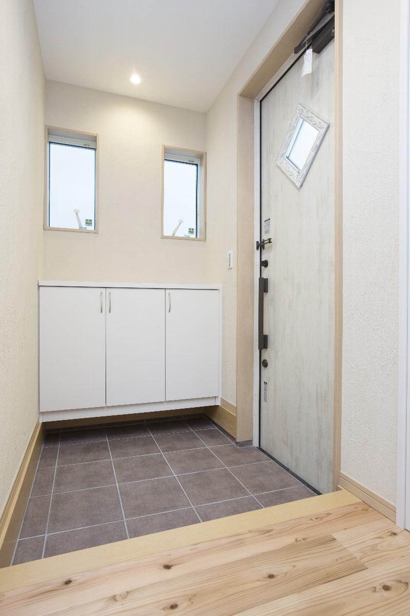 清潔感のある玄関内部。白い扉がすっきり感を演出します
