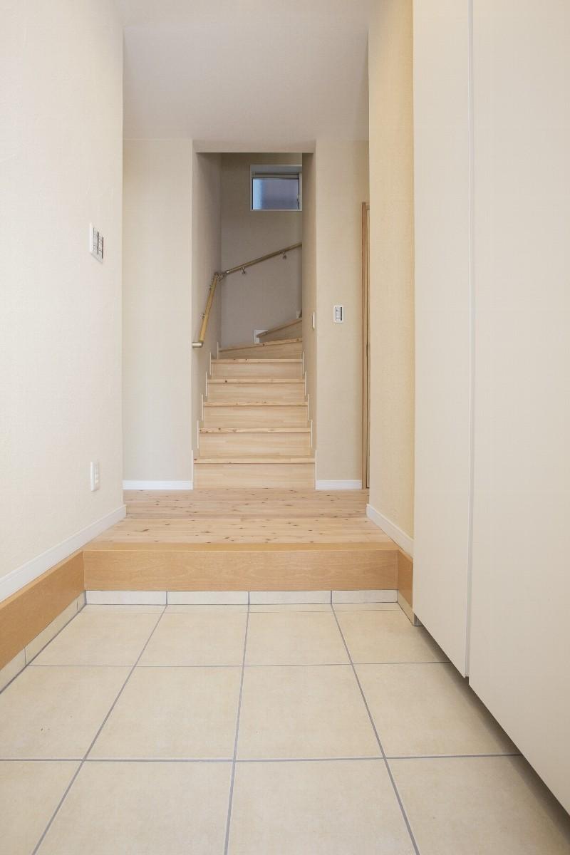 玄関内部。右手にシューズクロークのドアがあります