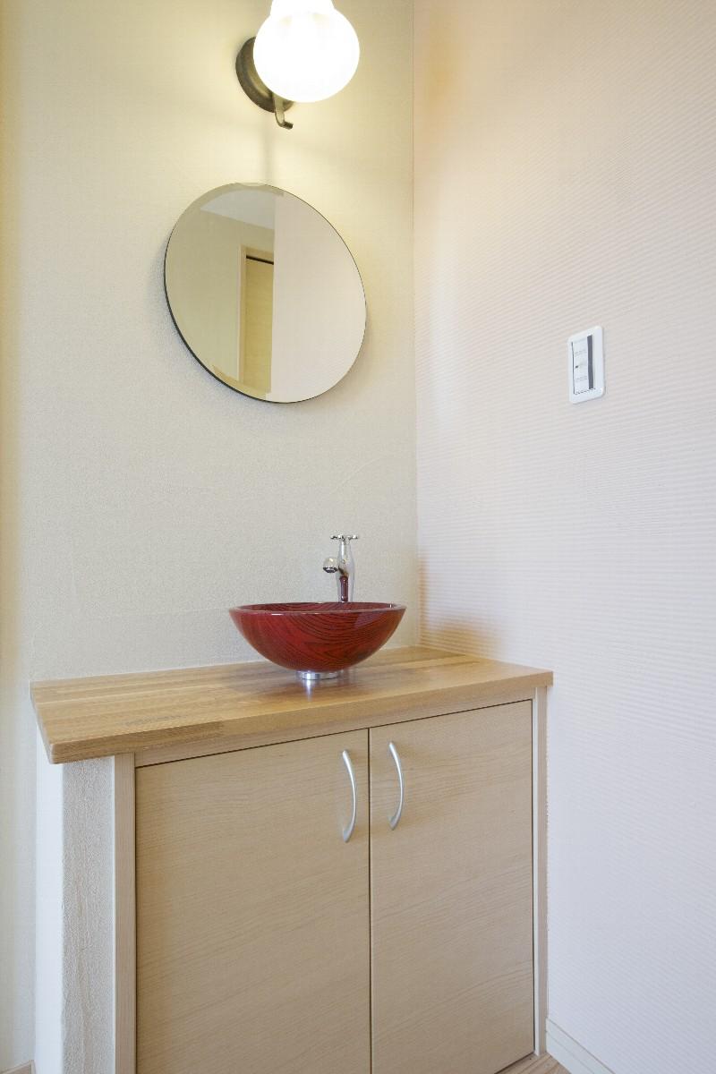 玄関には洒落た洗面台があります。サロンのお客様への心遣いです