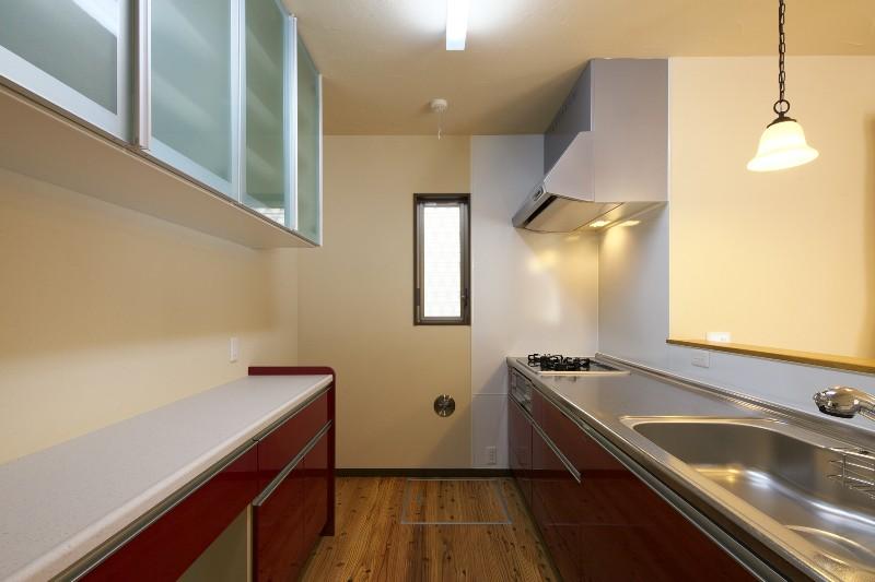 広々としたキッチン。十分な収納を確保