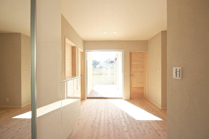 オビ杉の床が気持ちいいと好評です。壁は珪藻土なので湿気も安心