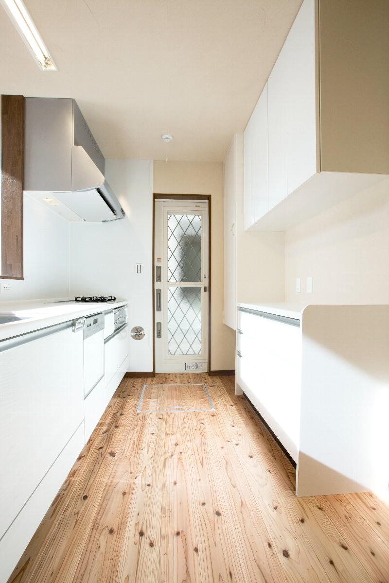 白を基調にした明るいキッチンは収納もたっぷり