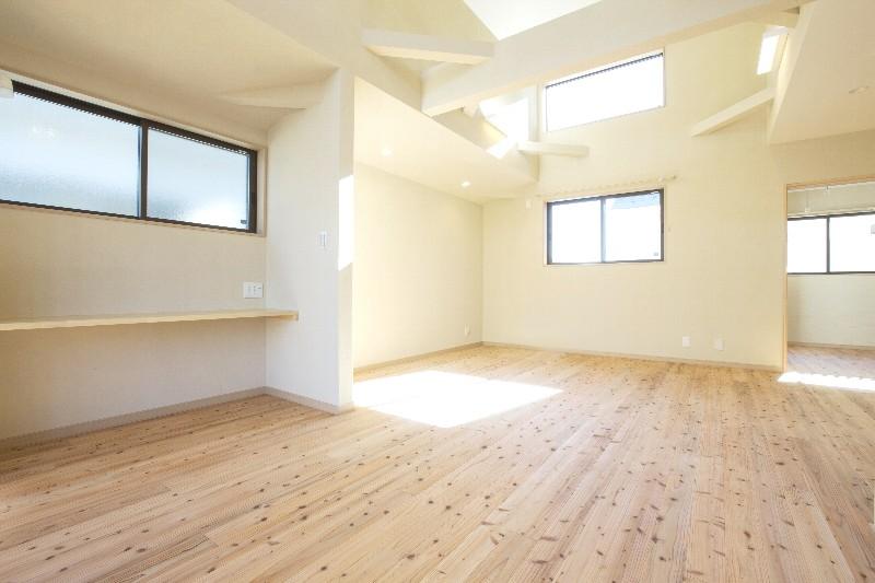 リビングには多くの採光があります。床は気持ちいいので素足で過ごす方が多いです