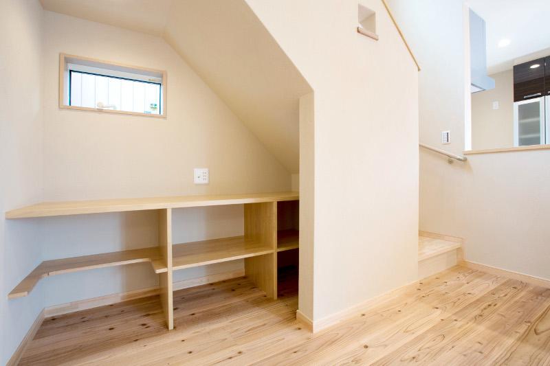 リビングの階段下には作業・収納スペースがあり便利です