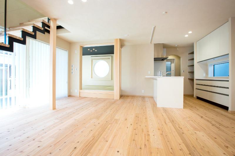 リビングから見た和室とダイニングキッチン。和室は「究極の寝室」仕様です