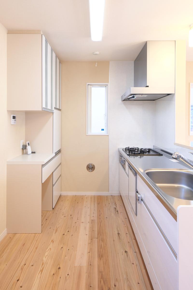 キッチンは白を基調として清潔感があります。収納も十分に確保しました