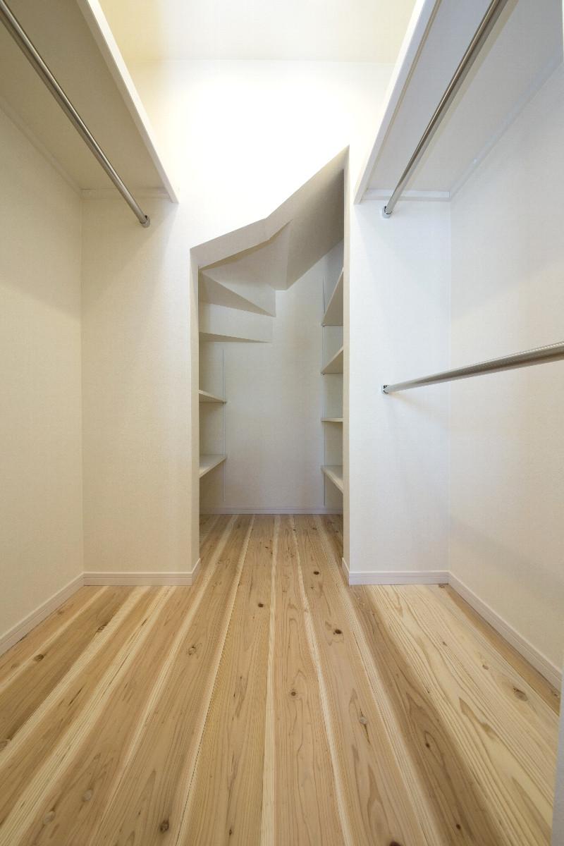 ウォークインクローゼットは十分な広さがあり、奥は階段下スペースを有効活用