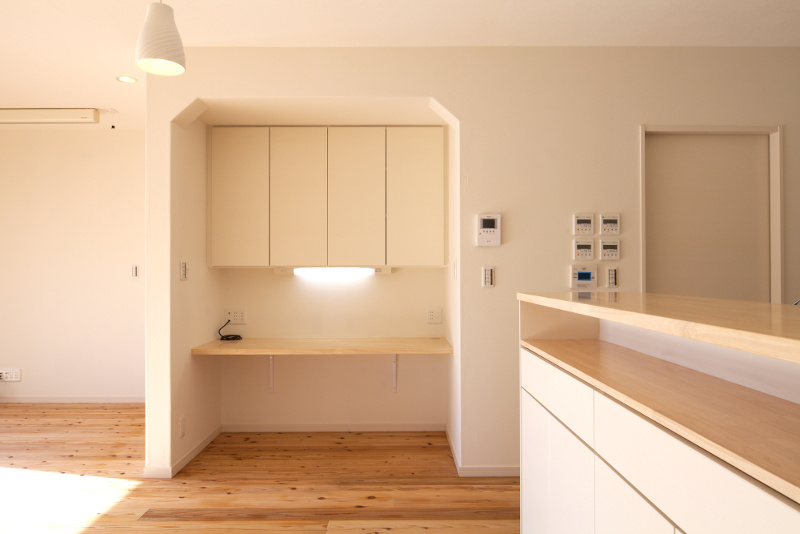 キッチン横には作業スペースが