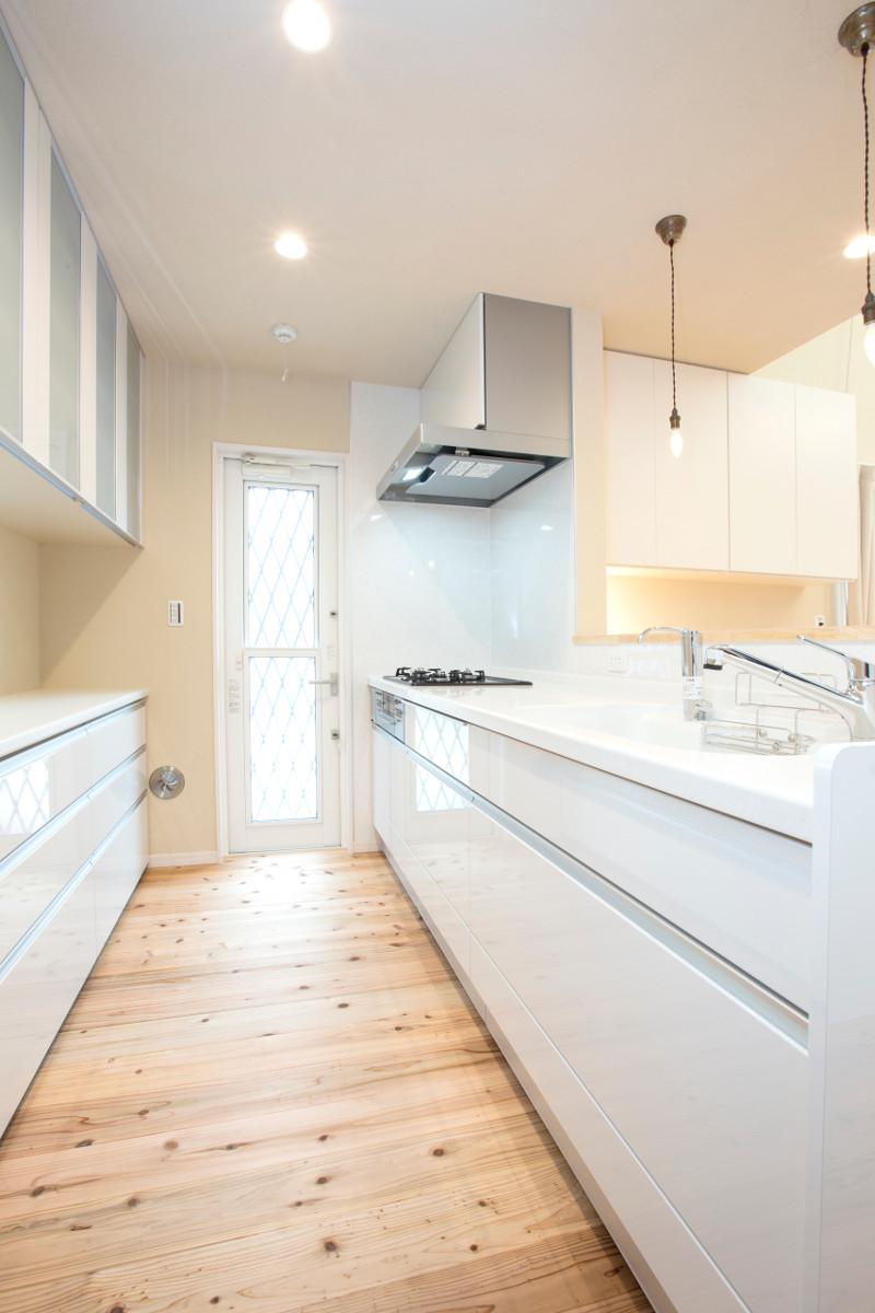 キッチン。清潔感と明るさがあります。容量も十分です