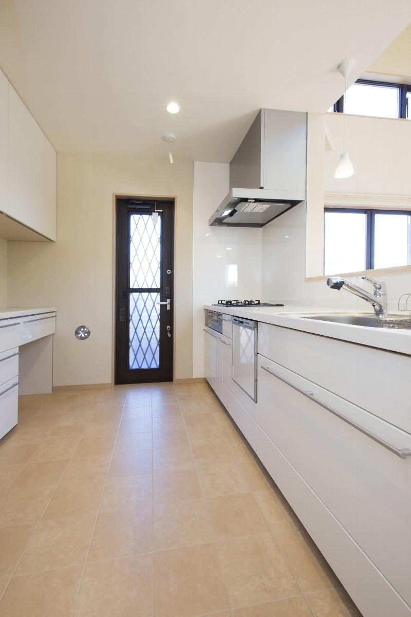 広々としたキッチン。多人数でも使い勝手が良さそう。正面の扉はと広々バルコニーに直接でられます