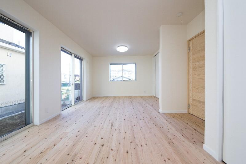 洋室。将来的には3部屋に間仕切ることができます