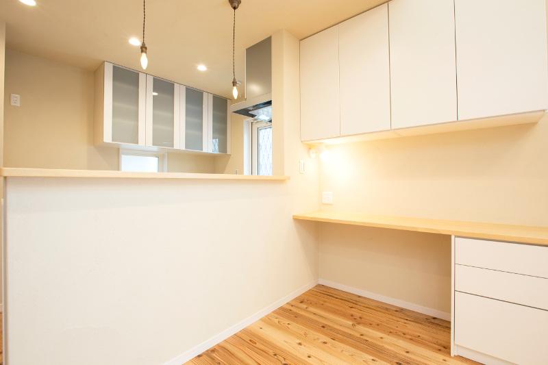 キッチン横の作業スペース。収納もありとても便利です