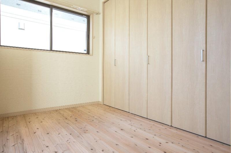 洋室。壁一面のクローゼット