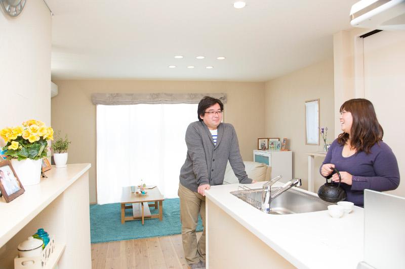 キッチンは見晴らしがいいです。ご夫妻の会話の場にも