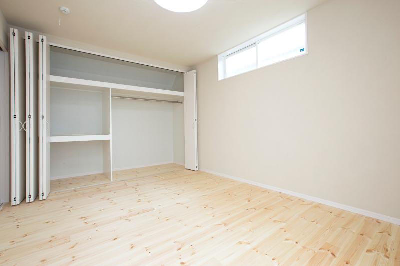 洋室。十分な容量のクローゼットがあります