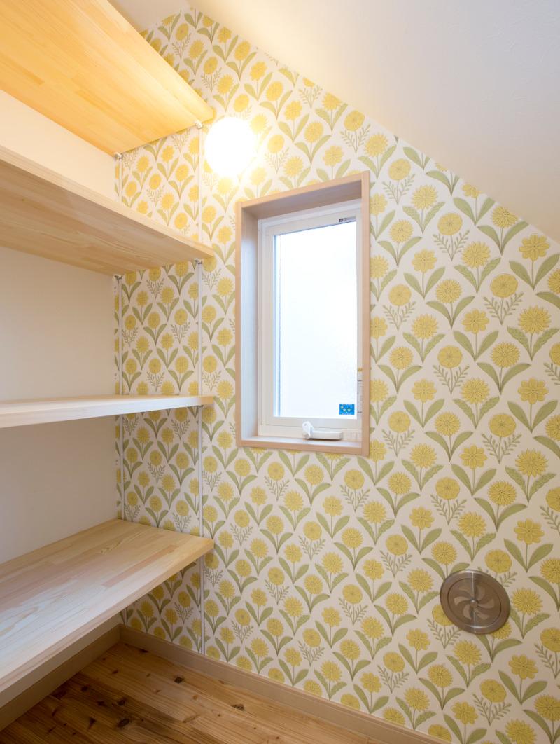 キッチンの奥、階段下には作り付けの棚があり、何かと便利です