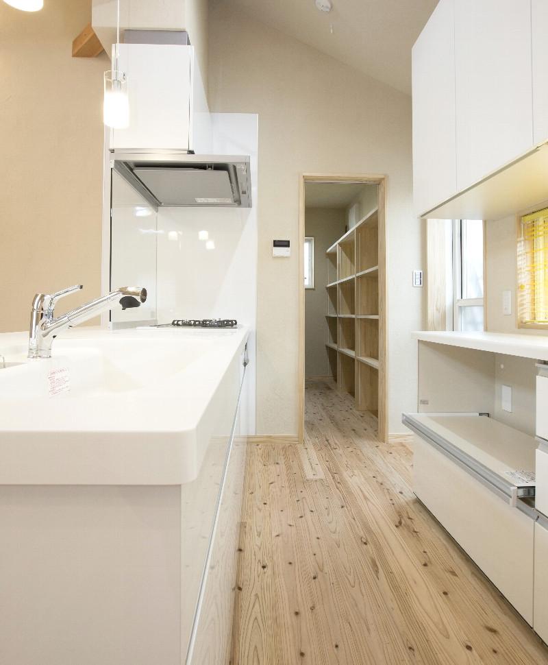 キッチン。収納力は十分あり、奥にはパントリーがあります