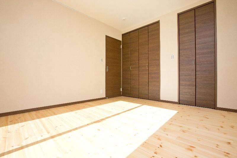 究極の寝室。自然素材に囲まれ、とても明るいです。熟睡できると評判です