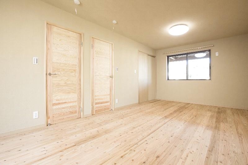主寝室。自然素材に囲まれ、空気がとてもいいです。将来的には間仕切りを設置できます