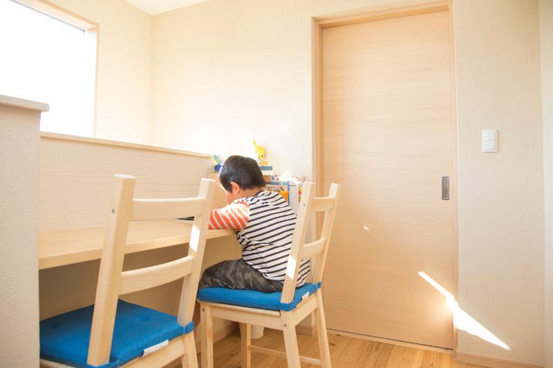 廊下には勉強にぴったりのスペースがあります