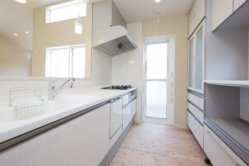 キッチン。白を基調としたすっきりとした空間です