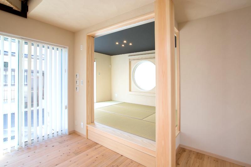 柱が目を引く「究極の寝室」仕様の和室です。客間としても使えます