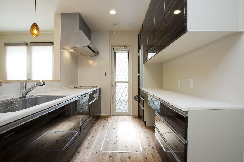 落ち着いた茶色を基調にしたキッチン。収納力も十分にあります