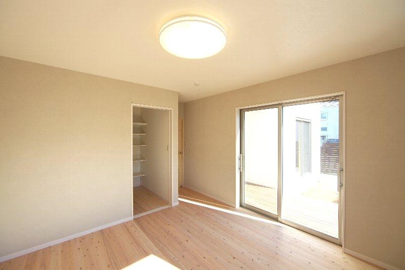 3面採光の寝室。デッキに出られます