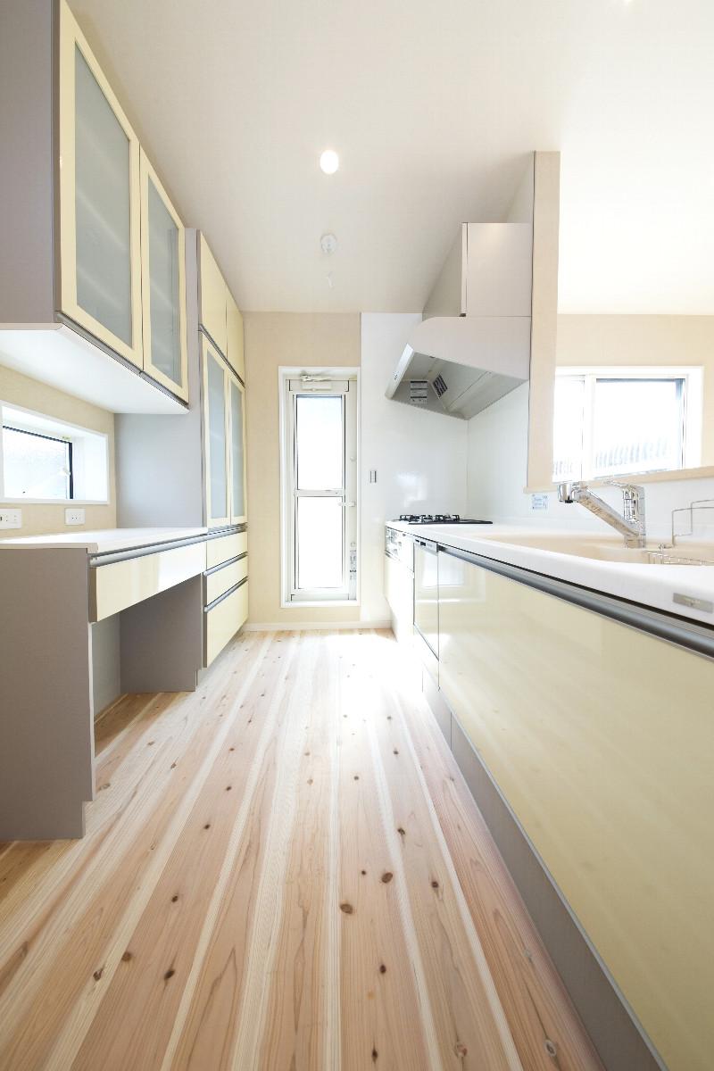 キッチン。スッキリとした雰囲気で容量も十分です