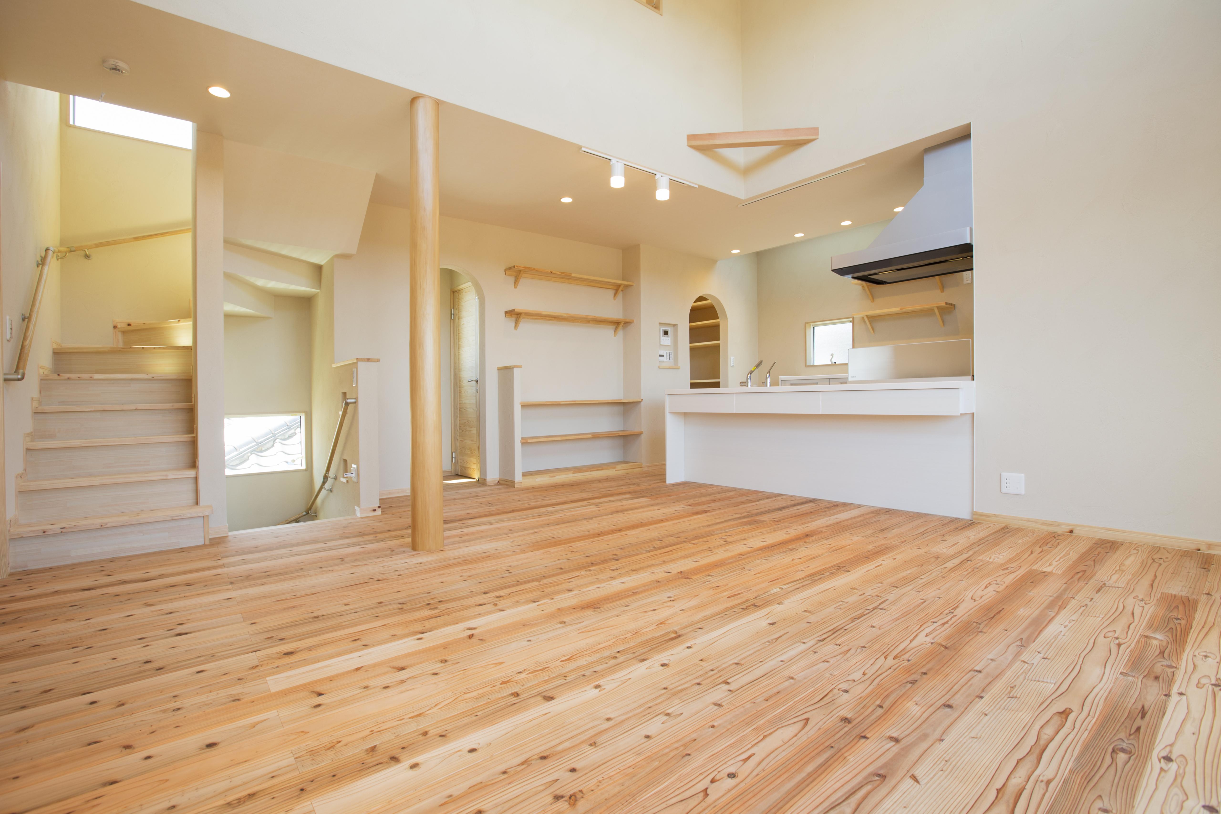 リビングから見たDK。自然素材にこだわり、床は素足になりたくなる気持ち良さです