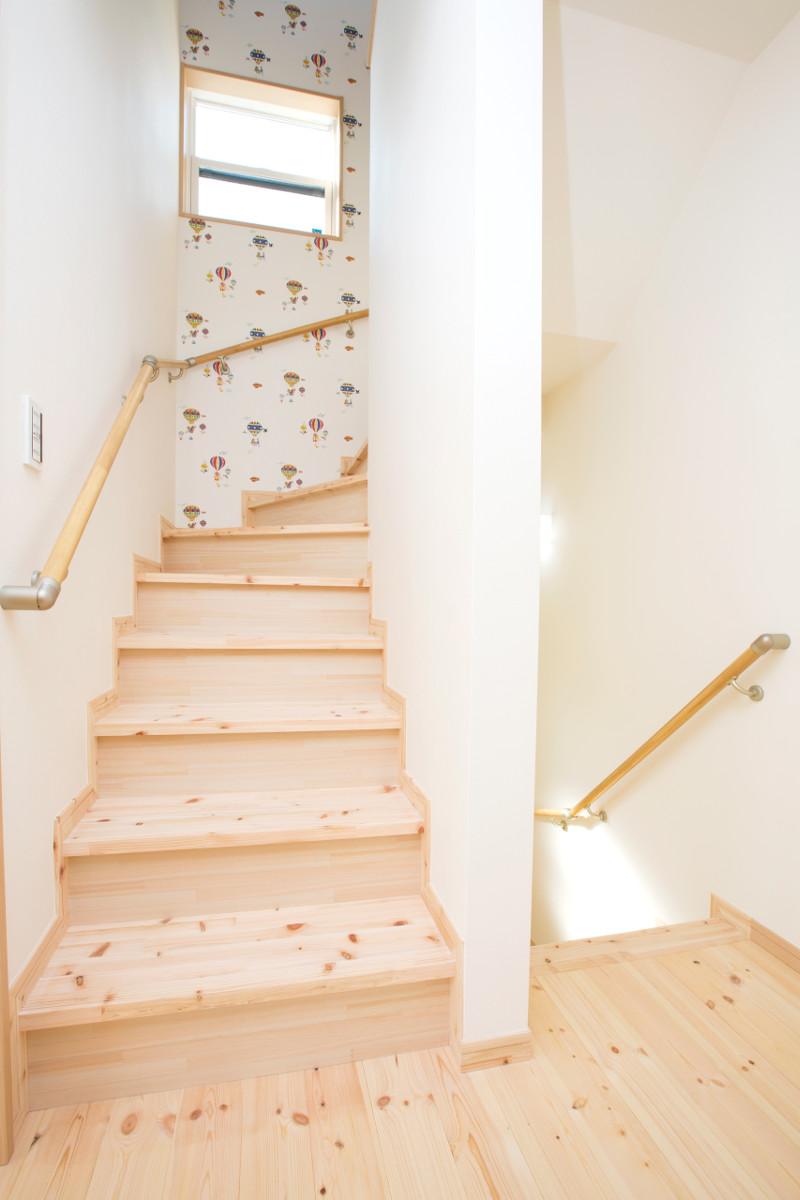 ロフトにつながる階段。正面の壁紙が楽しい空間へのイメージを高めます