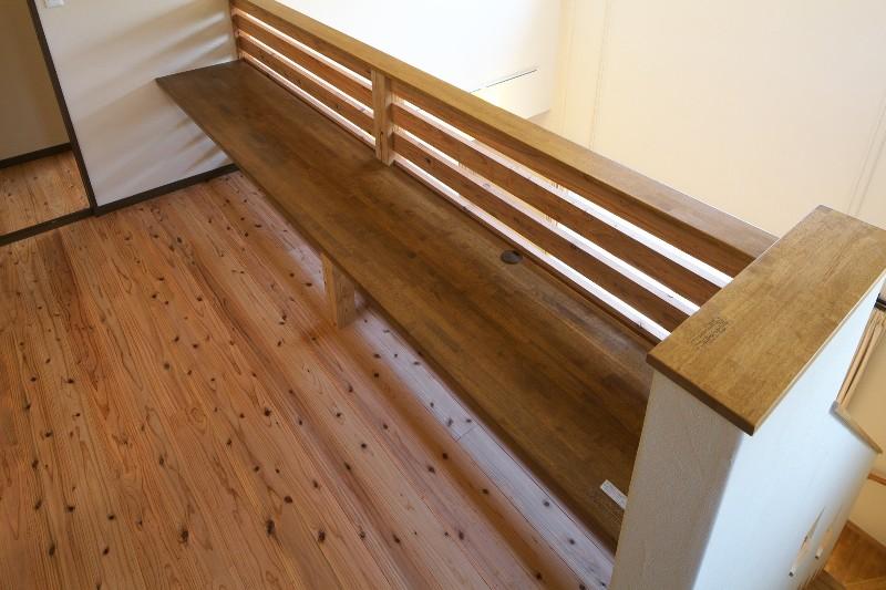 階段横にはベンチがあります