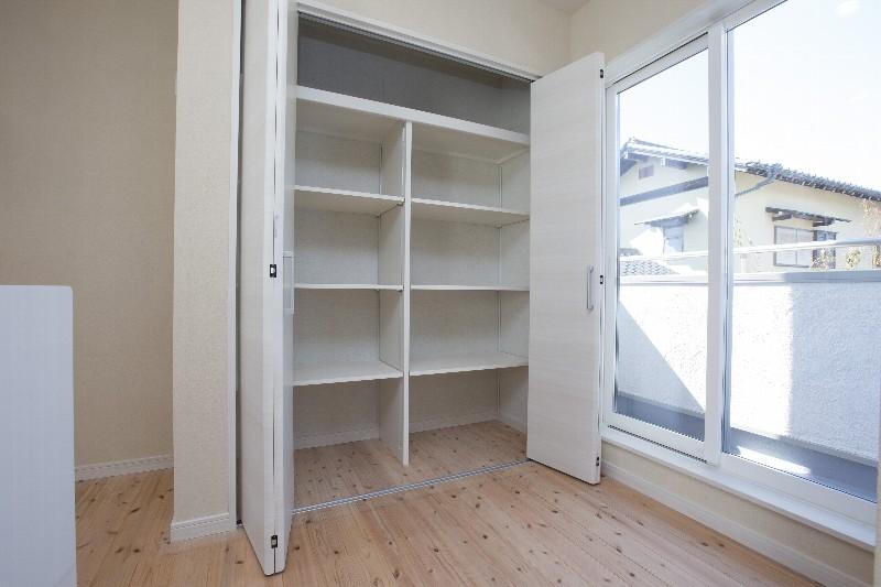 洋室には大きめの収納も確保