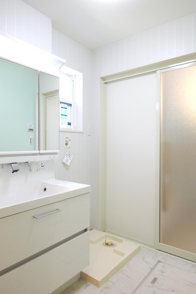 明るく清潔感のある洗面脱衣所