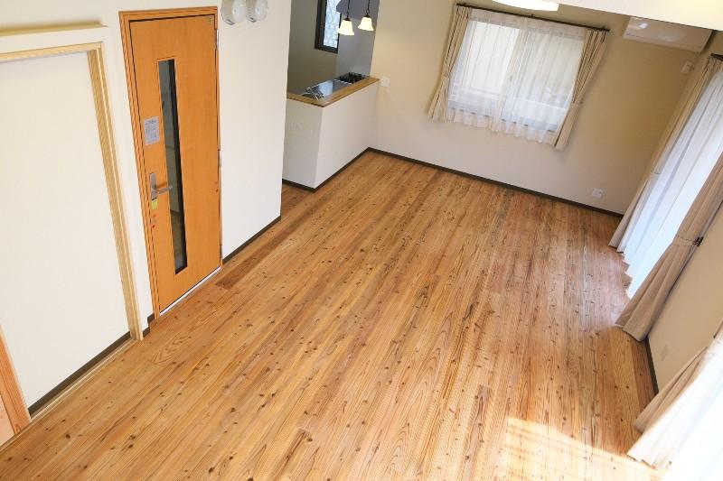 2階から見たLD。キッチン横の扉は防音室です