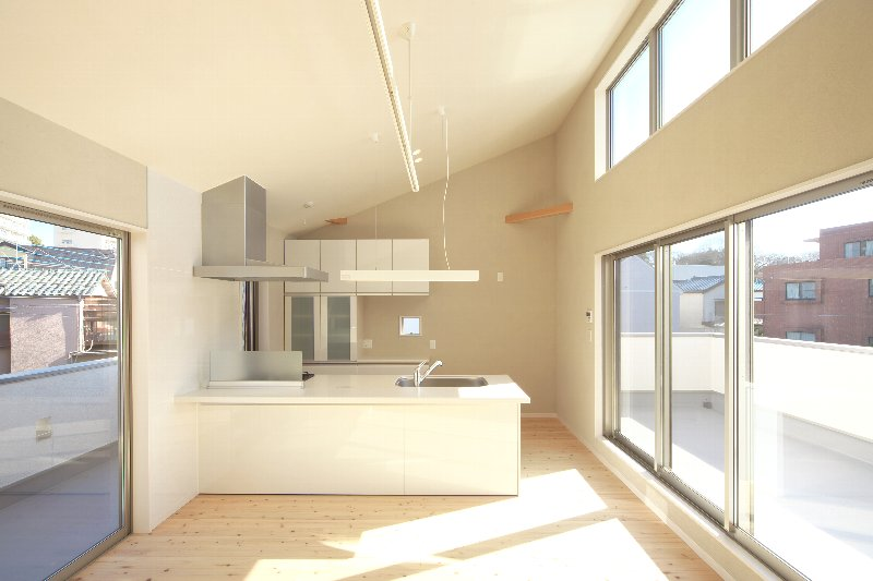 キッチンはバスコニーからの採光でとても明るいです