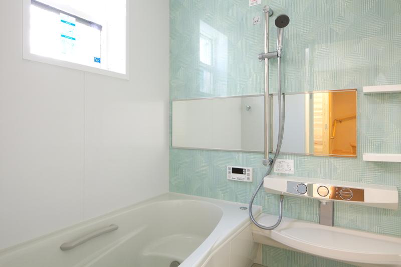 水色の壁が清潔感を引き立てているバスルーム