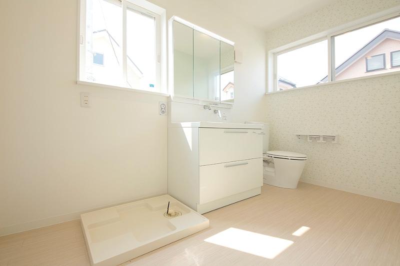 清潔感のある洗面脱衣所。トイレも併設しています